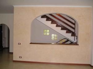 Arco spatolato e ringhiera in finto legno